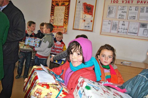 Gjatë aksionit të shpërndarjes së pakove 2013 në Poroçan