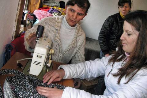 Florie Gjona gjatë një ore mësimore në kursin e rrobaqepsisë