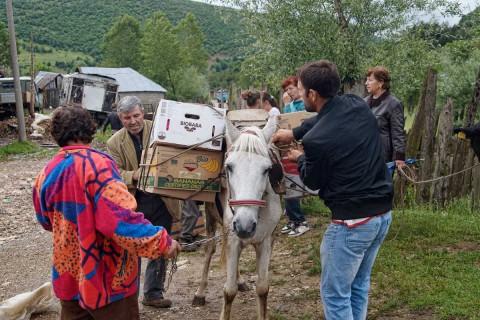 Eine Familie aus Bishnica lädt Familienpakete auf ihren Transporter