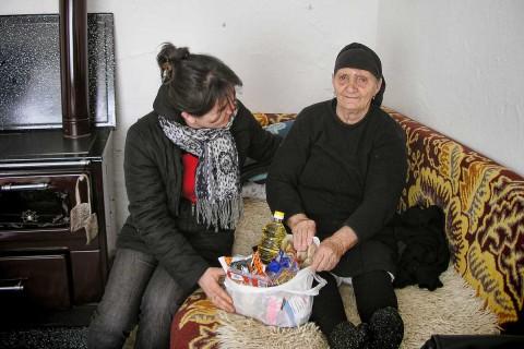 Manjola Lushka betreut alleinstehende Senioren