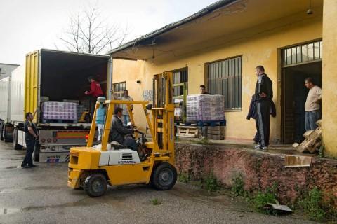 Verladen von Hilfsgütern im Lager Pogradec