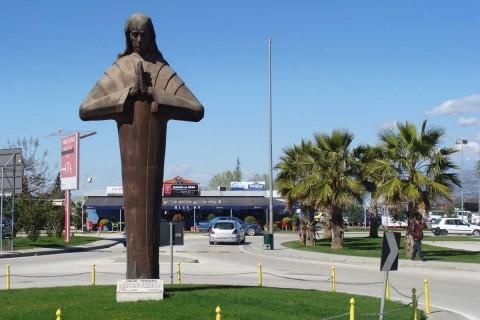 Albanische Galionsfigur: Seit einigen Jahren begrüßt diese Statue die Besucher vor dem International Airport Nënë Tereza in Tirana   (Foto: Frank Brosig)