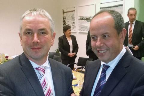 Artan Shkembi (rechts) zu Gast bei Bürgermeister Thomas Beyer in Wismar