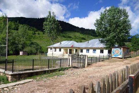 Die renovierte Schule von Bishnica