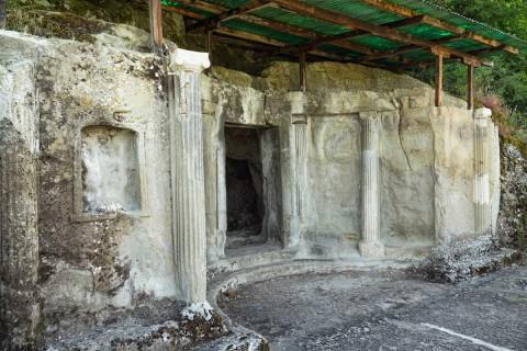 Obere Ebene von Grab III mit ionischem Porticus und Eingang zur Grabkammer