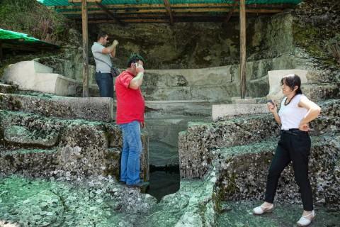 Grab II besitzt theaterähnliche Sitzreihen, im Zentrum ein Schachtgrab für Urnen