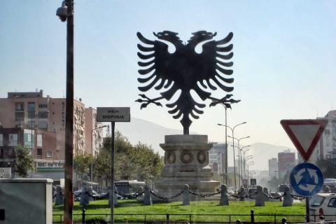 In Tirana begrüßen den Reisenden das albanische Wappentier...