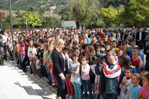 Schüler und Lehrer bei der offiziellen Wiedereröffnung