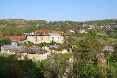 In den Dörfern gehören die traditionellen Steinhäuser zum alltäglichen Straßenbild.