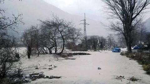 Nach den heftigen Regenfälle in weiten Teilen Albaniens führten viele Flüsse Hochwasser, ganze Häuser wurden weggespült