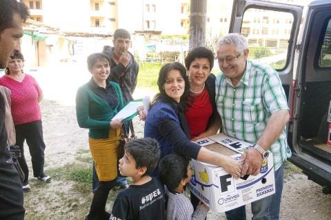 Die Zahl der extrem armen Menschen ist in den Bergdörfern rückläufig, in den Städten nimmt sie aber zu. Daher haben wir im Mai Familienpakete an alleinstehende Mütter in der Stadt Pogradec verteilt.