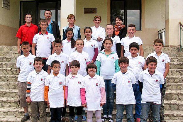Kinder und Mitarbeiter im Internat Bishnica