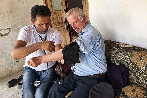 Pfleger Bashkim bei einem Hausbesuch