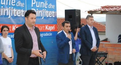 Eduart Kapri (mitte) stand nach Morddrohungen während des Wahlkampfs unter Polizeischutz