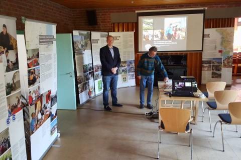 Tom Brüggert und Heinz Godknecht bei der Vorbereitung der CHW-Präsentation