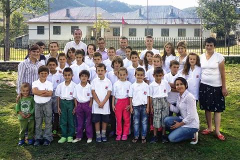Internatskinder und Mitarbeiter vor der Dorfschule von Bishnica