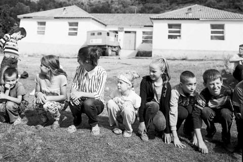 Kinderprogramm in Holtas. Ole Dost war dort mit seiner Tochter Friederike (Mitte) – sie war dann die Attraktion für die Kinder aus dem abgelegenen Bergdorf.