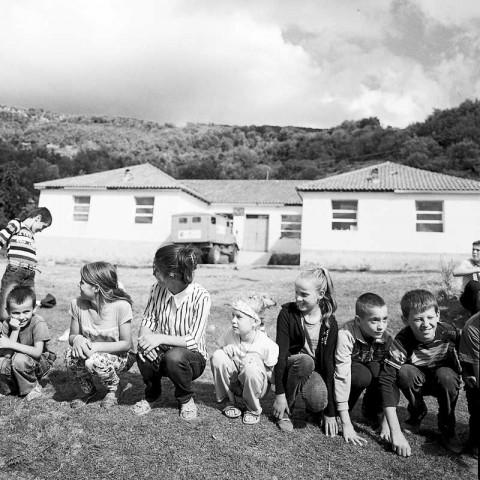 Kinderprogramm vor der Dorfschule in Holtas