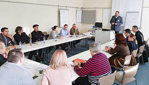 """Delegationen aus Ohrid, Struga und Pogradec beim Ausarbeiten der grenzüberschreitenden """"Wismarer Erklärung"""""""