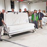 Helfer bei der Vorbereitung des Hilfstransports