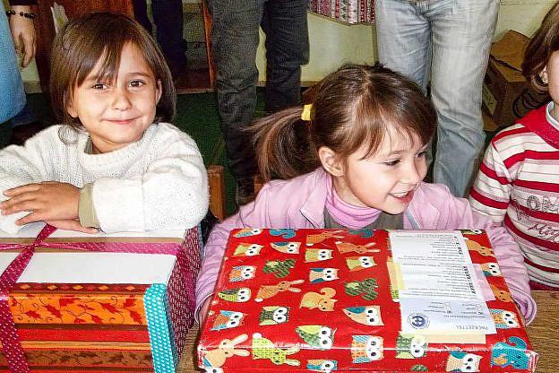 Verteilung der Weihnachtspäckchen an albanische Kinder