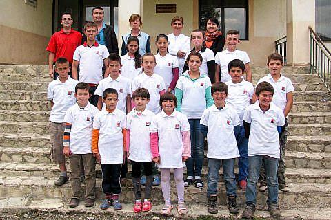 Bishnica, September 2016: Internatskinder und Mitarbeiter beim Gruppenbild zum Schuljahresbeginn