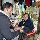 Pfleger Bashkim Lilo untersucht die Patientin