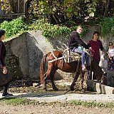 Gegenüber: Die zentrale Wasserversorgung des Dorfs