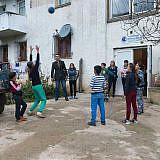 Nach der Hausaufgabenbetreuung spielen die Kinder vor dem Gebäude