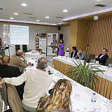Sozialarbeiterin Manjola Lushka präsentiert die Sozialprojekte ...