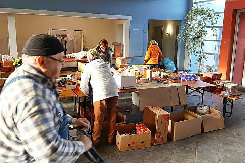 Unsere Weihnachtspäckchenaktion ist nur möglich durch Ihre großartige Beteiligung: Mit Ihren Päckchen, mit Geldspenden und ganz praktisch, in den Sammelstellen oder hier bei der Packaktion in Wismar