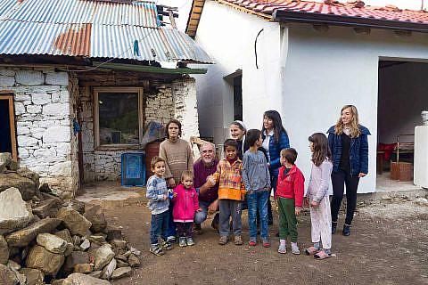 Die Familie Elezi konnte inzwischen von ihrem baufälligen alten Haus in den Neubau daneben umziehen; ermöglicht haben das Spender und freiwillige Bauhelfer aus den Niederlanden