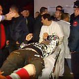 Sanitäter bringen die schwer Verwundeten ins Krankenhaus