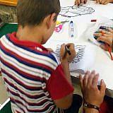 Sein Bruder Arnold malt einen albanischen Wappenadler aus
