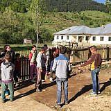 Unter der Woche besuchen sie die Dorfschule gegenüber