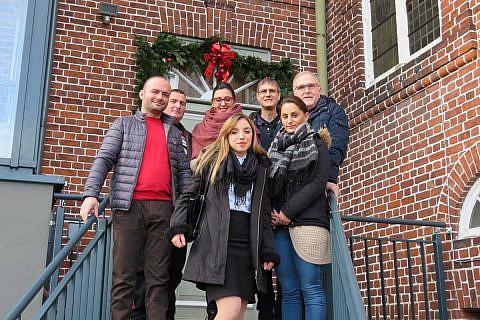 Gäste aus Velçan und von der DA bei der Stadtverwaltung in Krempe, mit Bürgermeister Volker Haack (re)