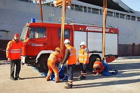 Entladen des Feuerwehrfahrzeugs im Hafen von Durrës