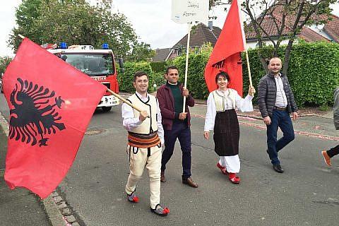 Albanische Gäste beim Festumzug in Krempe