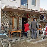 Cafés spielen eine zentrale Rolle. So chic wie hier sind sie in den Bergdörfern aber nur selten.