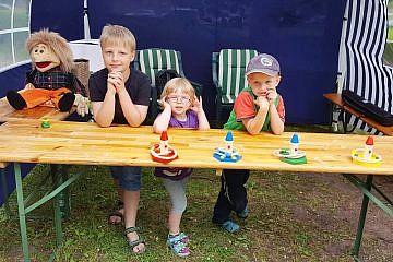 8. Juni: Junge Helfer auf dem CHW-Stand beim Wismarer Turnplatzfest