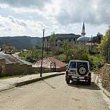Velçan, ganz untypisch mit geteerter Straße und Straßenlampen