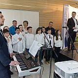 Schulkinder aus Pogradec singen die albanische und die deutsche Nationalhymne