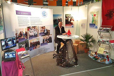 Pastor Michael Wetzel hat unseren Infostand auf dem Evangelischen Kirchentag in Berlin organisiert