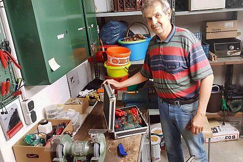 Jörg Fechner in Aktion, in seiner Werkstatt im Keller des Wismarer Vereinshauses