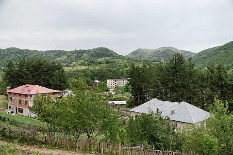 Heute sind die Berge rund um Bishnica sichtbar grüner