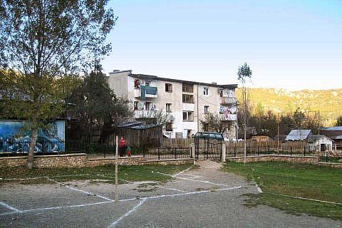 Unser Internat in Bishnica liegt gleich neben dem Schulhof