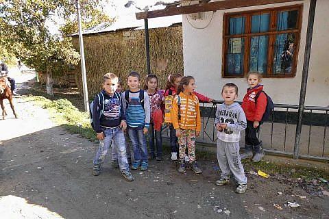 Kinder in Laktesh auf dem Schulweg