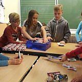 Für ihre Weihnachtspäckchen sammeln die Schüler Geschenke ...
