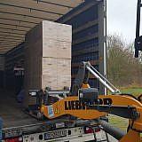 … werden auf den LKW verladen