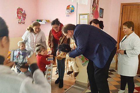 März 2018: Übergabe gespendeter Spielsachen und Kinderkleidung für einen Kindergarten in Librazhd